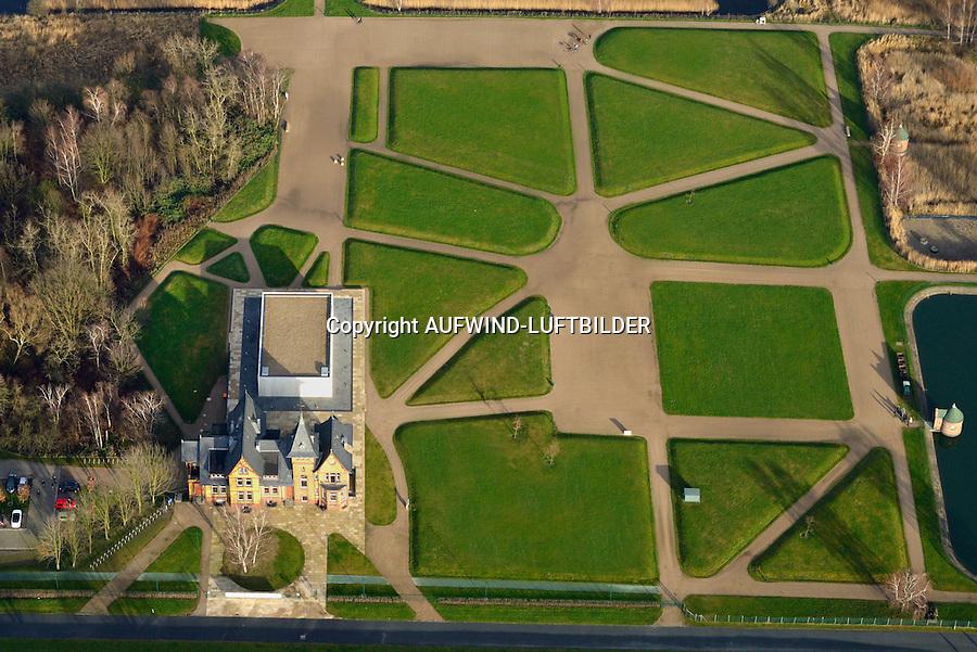 Kaltehofe Wasserkunst: EUROPA, DEUTSCHLAND, HAMBURG 26.12.2014: Kaltehofe Wasserkunst, Kaltehofe ist eine Elbinsel, die kuenstlich durch die Begradigung der Norderelbe und Schaffung der Billwerder Bucht zwischen 1875 und 1879 mit dem Elbdurchstich entstand. Sie gehoert zum Stadtteil Rothenburgsort im Bezirk Hamburg-Mitte. Die Elbinsel wird eingerahmt von der Norderelbe im Sueden, von der Billwerder Bucht im Norden und vom Holzhafen im Osten. Eigentuemer sind die Hamburger Wasserwerke, die die Filtrationsanlage, die auf Kaltehofe aus 22 Becken, den Schieberhaeuschen, einem Betriebsgebaeude und einem Pumpenhaus bestand, auf der Elbinsel seit 1893 für die Wasserversorgung nutzten.<br /> 1990 wurde das Wasserwerk Kaltehofe ausser Betrieb genommen. Rund 20 Jahre blieb die gesamte Elbinsel fuer die Oeffentlichkeit weitgehend unzugaenglich. Nun ist ein attraktives Naherholungsgebiet inmitten Hamburgs entstanden, welches im steten Einklang mit der Natur,  die Kulturgeschichte des  Industriedenkmals aufgreift und auf moderne und atmosphaerische Weise reflektiert.