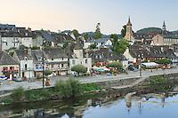 France, Corrèze (19), Argentat, le quai maçonné Lestourgie, au fond le couvent des Récollets et la Dordogne // France, Corrèze, Argentat, Lestourgie masonry quay, the convent Récollets off and the Dordogne