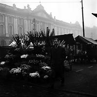 Place du Capitole. Le 4 Décembre 1957. Vue de Max Guibert, joueur du Stade Toulousain, sur la place du Capitole à côté du fleuriste du marché.