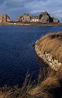 Europe/France/Bretagne/22/Côtes-d'Armor/Circuit de la Côte des Ajoncs/Plougrescant: La pointe du chateau aux environs du gouffre de Castel-Meur
