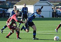 Dames Zulte Waregem - Club Brugge : Jasmine Vanysacker in duel met Elodie Branquart (links).foto Joke Vuylsteke / Vrouwenteam.be