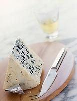 Gastronomie générale : AOC Roquefort sur un plateau et vin blanc