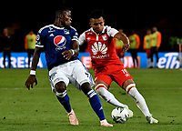 BOGOTÁ - COLOMBIA, 15-01-2019: Wilson Morelo (Der.) jugador de Independiente Santa Fe disputa el balón con Felipe Román (Izq.) jugador de Millonarios, durante partido entre Independiente Santa Fe y Millonarios, por el Torneo Fox Sports 2019, jugado en el estadio Nemesio Camacho El Campin de la ciudad de Bogotá. / Wilson Morelo (R) player of Independiente Santa Fe vies for the ball with con Felipe Roman (L) player of Millonarios during a match between Independiente Santa Fe and Millonarios, for the Fox Sports Tournament 2019, played at the Nemesio Camacho El Campin stadium in the city of Bogota. Photo: VizzorImage / Luis Ramírez / Staff.
