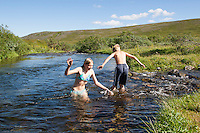 Kinder, Kind, Junge und Mädchen, Geschwister, Baden in einem Bach, schwimmen, Spaß, Toben, Erfrischung, Ferien. Bathing, swimming, bluster, fun, holiday, refreshment, stream, brook, creek