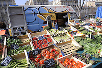 - Marsiglia, mercato di frutta e verdura di piazza Castellane....- Marseille, fruit and vegetable market in Castellane square