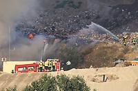 Büttelborn 26.07.2018: Brand bei der AWS auf der Mülldeponie Büttelborn<br /> Einsatzkräfte kämpfen mit dem Feuer auf der Mülldeponie der AWS in Büttelborn<br /> Foto: Vollformat/Marc Schüler, Schäfergasse 5, 65428 R'heim, Fon 0151/11654988, Bankverbindung KSKGG BLZ. 50852553 , KTO. 16003352. Alle Honorare zzgl. 7% MwSt.