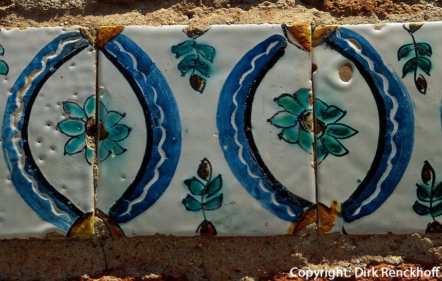 Spanien, Katalonien, Tarragona, Kacheln an Brunnen in der Altstadt
