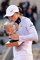 Finale Simple Dames - Protocole podium<br /> joie d Iga Swiatek (pol) posant avec son trophee<br /> Parigi 10/10/2020 Roland Garros <br /> Tennis Grande Slam 2020<br /> French Open <br /> Photo JB Autissier / Panoramic / Insidefoto <br /> ITALY ONLY