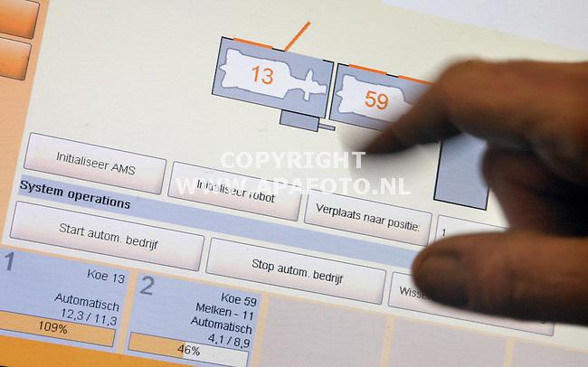Lathum, 280306<br />Een nieuwe melkrobot, Jan den Hartog bedient de computer met touchscreen.<br />Foto: Sjef Prins - APA Foto
