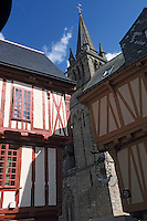Europe/France/Bretagne/56/Morbihan/Vannes: Vieilles maisons sur la place Henri IV et clocher de la cathédrale Saint-Pierre