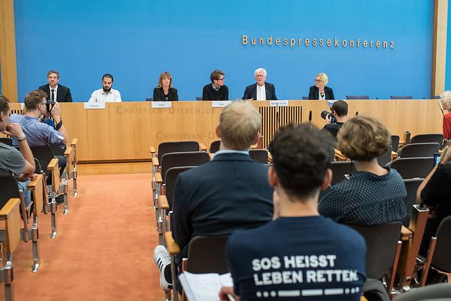"""Pressekonferenz zur Bilanz der Seenotrettung im Mittelmeer in 2019 am Donnerstag den 12. September 2019 in Berlin.<br /> An der Pressekonferenz nahmen teil: Christoph Hey, Projektleiter in Libyen, Aerzte Ohne Grenzen (3.vr.); <br /> Barbara Held, Aerztin und Seenotretterin (3.vl.); <br /> Tareq Alaows, Koordinierungskreis Bewegung Seebruecke (2.vl.); <br /> Mike Schubert, Oberbuergermeister Potsdam, Mitglied im kommunalen Buendnis """"Staedte Sicherer Haefen"""" (1.vl); <br /> Heinrich Bedford-Strohm, Vorsitzender des Rates der Evangelischen Kirche in Deutschland (EKD) (2.vr.).<br /> 12.9.2019, Berlin<br /> Copyright: Christian-Ditsch.de<br /> [Inhaltsveraendernde Manipulation des Fotos nur nach ausdruecklicher Genehmigung des Fotografen. Vereinbarungen ueber Abtretung von Persoenlichkeitsrechten/Model Release der abgebildeten Person/Personen liegen nicht vor. NO MODEL RELEASE! Nur fuer Redaktionelle Zwecke. Don't publish without copyright Christian-Ditsch.de, Veroeffentlichung nur mit Fotografennennung, sowie gegen Honorar, MwSt. und Beleg. Konto: I N G - D i B a, IBAN DE58500105175400192269, BIC INGDDEFFXXX, Kontakt: post@christian-ditsch.de<br /> Bei der Bearbeitung der Dateiinformationen darf die Urheberkennzeichnung in den EXIF- und  IPTC-Daten nicht entfernt werden, diese sind in digitalen Medien nach §95c UrhG rechtlich geschuetzt. Der Urhebervermerk wird gemaess §13 UrhG verlangt.]"""