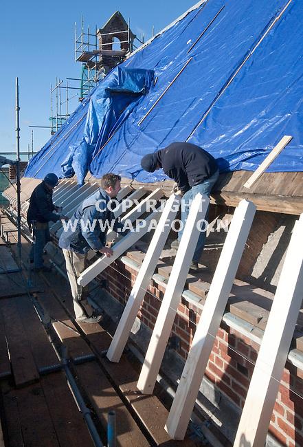 Winssen, 200111<br /> Van Dinther uit Schaijk restaureert de r.k. kerk Anthonius van Padua. Op het dak worden de 'schieters' vervangen.<br /> Foto: Sjef Prins - APA Foto