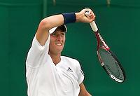26-06-10, Tennis, England, Wimbledon,  Met een verbeten gezicht retourneerd Thiemo de Bakker de bal