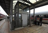 Vollsperrung des Hauptbahnhof Leipzig - 4 Tage Lang rollt kein Zug in den Kopfbahnhof ein oder aus - Zwischen Leipzig Messe und Hauptbahnhof wird ein Schienenersatzverkehr durch die LVB durchgeführt - im Bild: die Lage am Bahnhof Neue Messe - Leider ist am Gleis einer der beiden Aufzüge nicht benutzbar.  Foto: Norman Rembarz