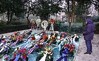 Nederland  Amsterdam   2021.  Jaarlijkse Auschwitzherdenking in het Wertheimpark. Mensen leggen bloemen op het spiegel monument van Jan Wolkers.  Foto Berlinda van Dam / HH / ANP.