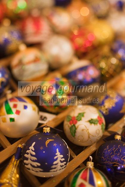 Europe/Voïvodie de Petite-Pologne/Cracovie:   Boules de Noêl  Calik dans une boutique de la Place du Marché