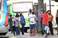 Campinas (SP), 08/03/2021 - Movimentação / Coronavírus - Mesmo com a fase vermelha, os pontos de ônibus estão com aglomeração e falta de distanciamento. Além das aglomerações o uso incorreto ou a falta da máscara é visto com frequência. O sistema de saúde da cidade está colapso, com falta de leitos e pacientes à espera de vagas na UTI.