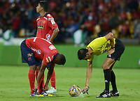 MEDELLÍN -COLOMBIA-08-04-2015. Lee Van Suarez (Der) arbitro marca un punto de falta junto a Luis Tipton del Medellin durante el encuentro entre Independiente Medellín y Patriotas FC por la fecha 14 de la Liga Águila I 2015 jugado en el estadio Atanasio Girardot de la ciudad de Medellín./ Lee Van Suarez referee signs a point of foul with Luis Tipton of Medellin during the matcha between Independiente Medellin and Patriotas FC for the  14th date of the Aguila League I 2015 at Atanasio Girardot stadium in Medellin city. Photo: VizzorImage/León Monsalve/STR