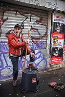 Europe/Ile de France / 75011 /Paris : Musicien des rues , rue Oberkampf , à l'approche de Noël , jouant de  la contrebassine est un instrument artisanal fabriqué généralement à partir d'une bassine en tôle galvanisée tenant lieu de caisse de résonance (plus récemment en plastique), d'un bâton (de la taille d'un manche à balai - ustensile généralement utilisé - tenant lieu de manche) et d'une seule et unique corde (souvent du type corde à linge).  // Europe / Ile de France / 75011 / Paris: Street musician, rue Oberkampf, approaching Christmas, playing the contrabassine is an artisanal instrument generally made from a basin made of galvanized sheet metal acting as a sounding board ( more recently in plastic), a stick (the size of a broom handle - utensil generally used - in place of a handle) and a single cord (often of the clothesline type).