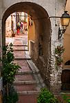 Frankreich, Provence-Alpes-Côte d'Azur, Menton: Altstadtgasse - Aufgang zum Cimetière du Vieux Château | France, Provence-Alpes-Côte d'Azur, Menton: old town lane - ascend to Cimetière du Vieux Château