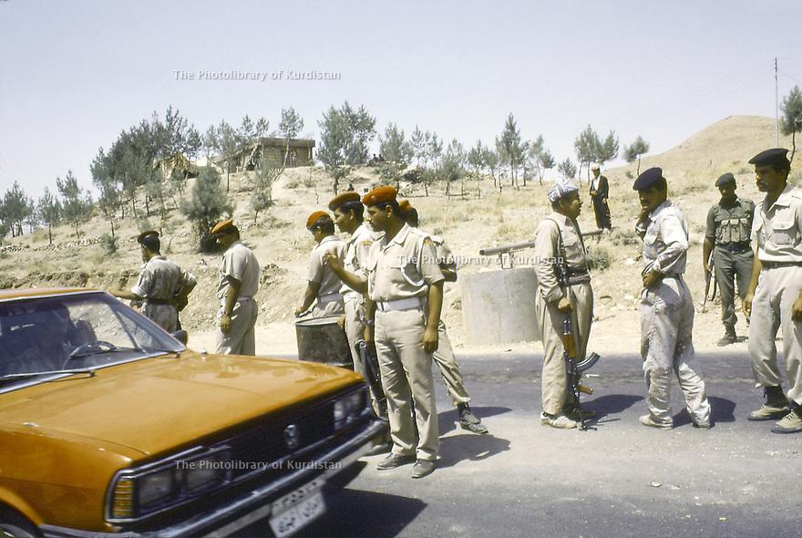 Irak 1991  Au poste de controle de Kore, les soldats irakiens et les peshmergas  Iraq 1991   Checkpoint in Kore: Iraqi soldiers and peshmergas