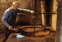 Europe/France/Midi-Pyrénées/46/Lot/Env de Martel : Moulin à huile de noix - Cuisson des noix