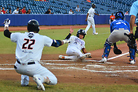 BARRANQUILLA - COLOMBIA, 30-11-2019: Bryan Flete de Gigantes y Arvicent Perez de Vaqueros durante partido entre Gigantes de Barranquilla y Vaqueros de Montería como parte de La Liga Profesional de Béisbol Colombiano 2019/2020 jugado en el estadio Edgar Renteria de Barranquilla. / Bryan Flete of Gigantes and Arvicent Perez of Vaqueros during match between Gigantes de Barranquilla and Vaqueros de Monteria as part of Colombian Professional Baseball League 2019/2020 played at Edgar Renteria stadium in Barranquilla city. Photo: VizzorImage / Alfonso Cervantes / Cont