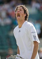 23-6-08, England, Wimbledon, Tennis,       Robin Haase schreewt het uit in zijn partij tegen Lleyton Hewitt