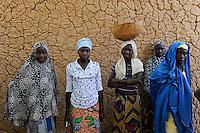 NIGER Zinder, Dorf BABAN TAPKI, women infront of clay wall / NIGER Zinder, Dorf BABAN TAPKI, Familie von MARIAMA MOUSSA