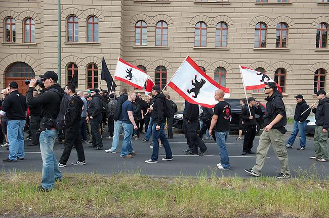 """Etwa 70 bis 80 Neonazis von den Autonomen Nationalisten und der NPD versuchten am Samstag den 14. Mai 2011 in Berlin Kreuzberg eine Demonstration unter dem Motto """"Wahrheit macht frei"""" zu veranstalten. Zu der Demonstration waren Neonazis aus Niedersachsen, Brandenburg und Nordrhein Westfalen angereist. Die Demonstration und die Demonstrationsroute wurde in Zusammenarbeit mit der Polizei geheim vorbereitet. Dennoch gelang es mehr als 800 Menschen die Demonstration mit Blockaden zu verhindern. Die Neonazis wurden von der Polizei in die U-Bahn geleitet, wo sie unter den Augen der Polizei Auslaender verpruegeln konnten.<br /> 14.5.2011, Berlin<br /> Foto: Christian-Ditsch.de<br /> [Inhaltsveraendernde Manipulation des Fotos nur nach ausdruecklicher Genehmigung des Fotografen. Vereinbarungen ueber Abtretung von Persoenlichkeitsrechten/Model Release der abgebildeten Person/Personen liegen nicht vor. NO MODEL RELEASE! Don't publish without copyright Christian-Ditsch.de, Veroeffentlichung nur mit Fotografennennung, sowie gegen Honorar, MwSt. und Beleg. Konto:, I N G - D i B a, IBAN DE58500105175400192269, BIC INGDDEFFXXX, Kontakt: post@christian-ditsch.de]"""