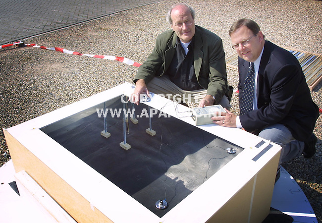 Molenhoek, 090501  foto: Koos Groenewold/ APA Foto<br />Teus Baan Hofman (l) en Albert Albers(r) van Fa Peutz (adviesbureau)