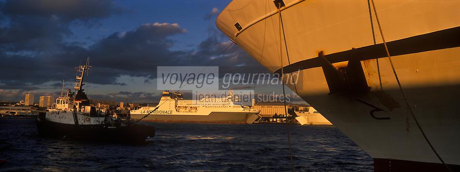 Europe/France/13/Bouches-du-Rhône/ Marseille: Ferries au Port de Commerce dans la lumiere du soir