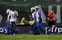 PALMIRA-COLOMBIA, 14-08-2021: Camilo Vargas de Millonarios F. C., es retirado en camilla de la cancha, durante partido entre Deportivo Cali y Millonarios F. C. de la fecha 5 por La Liga BetPlay DIMAYOR II 2021 jugado en el estadio Deportivo Cali (Palmaseca) de la ciudad de Palmira. / Camilo Vargas of Millonarios F. C., is removed on stretcher of the court, during a match between Deportivo Cali and Millonarios F. C. of the 5th date for the BetPlay DIMAYOR II 2021 League played at the Deportivo Cali (Palmaseca) stadium in Palmira city. / Photo: VizzorImage / Luis Ramirez / Staff.
