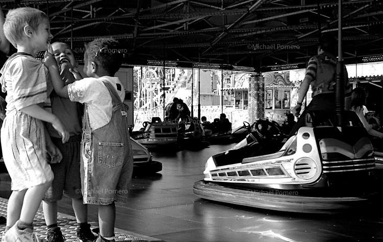 04.1997 <br /> <br /> Children playing together in a fair.<br /> <br /> Enfants en train de jouer a la foire du trône.