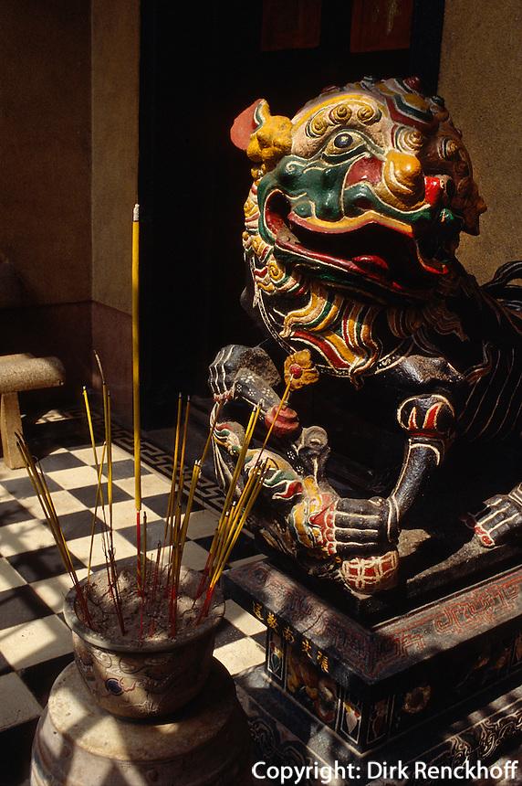 Räucherstäbchen in Phuoc An Hoi Quan-Pagode in Saigon, Vietnam