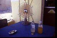 Old Gaza strip, ventilatore, posacenere e beva,de su tavolo blu
