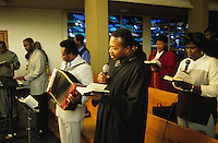 DEUTSCHLAND Hamburg, afrikanischer Pastor waehrend des Gottesdienst der Ghanaischen Gemeinde in einer Kirche in Wilhelmsburg / Germany Hamburg, african priest during mass of ghanian community in church