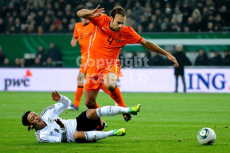 HAMBURG - Voetbal, Imtech Arena, Duitsland - Nederland, vriendschappelijke interland, seizoen 2011-2012, 15-11-2011  Joris Mathijssen in duel met Mesut Oliz (liggend).