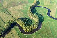 Schwinge: EUROPA, DEUTSCHLAND, NIEDERSACHSEN, STADE, 19.10.2018: Die Schwinge  ist ein 28,7 Kilometer langer, linksseitiger Nebenfluss der Elbe in Niedersachsen. Sie entspringt im Hohen Moor bei Mulsum auf der Stader Geest im Bifurkationsgebiet mit der Oste. Von hier fließt sie in einem weitgehend natuerlichen, mehr als 20 Kilometer langen Oberlauf zur Hansestadt Stade. Die reizvolle Flussaue des Oberlaufs und die Stader Schwingewiesen stehen wegen ihrer sehr naturnahen Flusslandschaft und ihres Artenreichtums unter Landschaftsschutz.