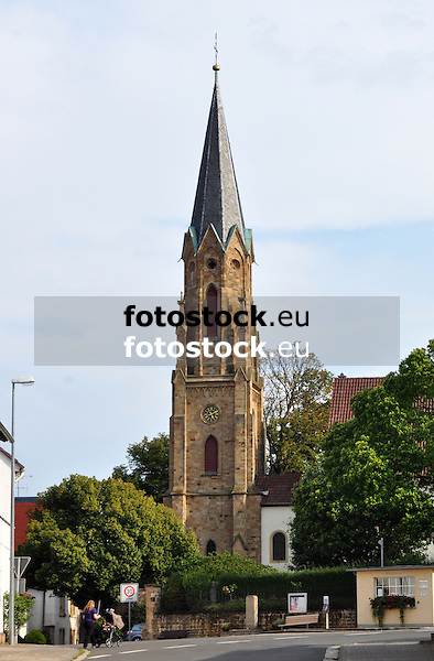Evangelische Kirche Stein-Bockenheim, rechts davor das Wiejeheisje - Wiegehäuschen -