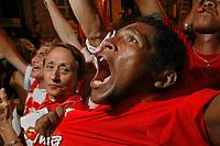 Manifestantes pró senadora Ana Júlia, candidata a prefeitura de Belém, durante o último debate realizado pela TV Liberal no encerramento da campanha política às eleições municipais em 2004.<br />Foto Paulo Santos/Interfoto<br />Belém, Pará, Brasil.<br />30/10/2004<br />Foto Paulo Sntos/Interfoto