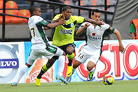 MEDELLIN - COLOMBIA-29-09-2013:  Fernando Uribe (Cent.) jugador del Atletico Nacional disputa el balón con Camilo Ayala (Der.) y Darwin Andrade (Izq.) jugadores de La Equidad durante partido en el estadio Atanasio Girardot de la ciudad de Medellin, septiembre 29 de 2013. Atletico Nacional y La Equidad jugaron partido por la duodecima fecha de las de la Liga Postobon II. (Foto: VizzorImage / Luis Rios / Str).  Fernando Uribe (C) player of Atletico Nacional vies for the ball with Camilo Ayala (R) and Darwin Andrade (L) players of La Equidad during a match at the Atanasio Girardot Stadium in Medellin city, September 29, 2013. Atletico Nacional and La Equidad in a match for the twelfth round of the Postobon II League. (Photo: VizzorImage / Luis Rios / Str).