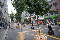 Ein Teil der Friedrichstrasse im Berliner Bezirk Mitte ist ab dem 29. August 2020 zu einer temporaeren Flaniermeile zum shoppen und verweilen. Dafuer ist die Durchfahrt durch die Shoppingmeile fuer den Kraftverkehr gesperrt worden und an den Strassenraendern wurden Baeume in Kuebeln aufgestellt sowie der Fussweg verbreitert. Die Strassenmitte ist fuer Radverkehr, der maximal 20 Km/h schnell sein darf.<br /> 28.8.2020, Berlin<br /> Copyright: Christian-Ditsch.de<br /> NUR FUER REDAKTIONELLE ZWECKE! Werbung nur auf Anfrage beim Fotografen. [Inhaltsveraendernde Manipulation des Fotos nur nach ausdruecklicher Genehmigung des Fotografen. Vereinbarungen ueber Abtretung von Persoenlichkeitsrechten/Model Release der abgebildeten Person/Personen liegen nicht vor. NO MODEL RELEASE! Don't publish without copyright Christian-Ditsch.de, Veroeffentlichung nur mit Fotografennennung, sowie gegen Honorar, MwSt. und Beleg. Konto: I N G - D i B a, IBAN DE58500105175400192269, BIC INGDDEFFXXX, Kontakt: post@christian-ditsch.de<br /> Bei der Bearbeitung der Dateiinformationen darf die Urheberkennzeichnung in den EXIF- und  IPTC-Daten nicht entfernt werden, diese sind in digitalen Medien nach §95c UrhG rechtlich geschuetzt. Der Urhebervermerk wird gemaess §13 UrhG verlangt.]