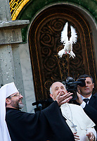 Pope Francis, flanked by Greek Catholic Archbishop Sviatoslav Shevchuk, frees a dove given by a group of children during his visit to the Basilica of Santa Sofia and to the Ukrainian greek-catholic community, in Rome January 28, 2018.<br /> <br /> UPDATE IMAGES PRESS/Riccardo De Luca<br /> <br /> STRICTLY ONLY FOR EDITORIAL USE