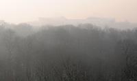 Minus 13 Grad in Leipzig und Umgebung - im Bild: Die Sonne steigt empor - die Luft ist diesig durch die klirrende Kälte - Blick in Richtung auf Zentralstadion vom Aussichtsturm Aussichtsplattform im Rosental - Wald und Stadion sind verhüllt von Nebel. Foto: Norman Rembarz..Norman Rembarz , ASV Autorennummer 41043728 , Holbeinstr. 14, 04229 Leipzig, Tel.: 01794887569, Hypovereinsbank: BLZ: 86020086, KN: 357889472, St.Nr.: 231/261/06432 - Jegliche kommerzielle Nutzung ist honorar- und mehrwertsteuerpflichtig! Persönlichkeitsrechte sind zu wahren. Es wird keine Haftung übernommen bei Verletzung von Rechten Dritter. Autoren-Nennung gem. §13 UrhGes. wird verlangt. Weitergabe an Dritte nur nach  vorheriger Absprache..