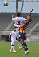 PEREIRA -COLOMBIA-07-02-2015. Fabio Rodriguez (Der) jugador Aguilas Pereira disputa el balón con Francisco Palma (Izq) jugador de Uniautonoma durante partido por la fecha 2 de la Liga Águila I 2015 jugado en el estadio Hernán Ramírez Villegas de Pereira./ Fabio Rodriguez (R) player of Aguilas Pereira vies for the ball with Francisco Palma (L) player of  Uniautonoma during match for the second date of the Aguila League I 2015 played at Hernan Ramirez Villegas of Pereira city.  Photo:VizzorImage/ CONT