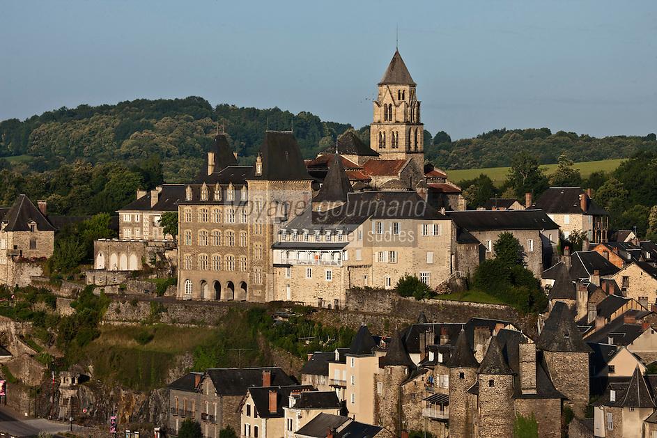 Europe/France/Limousin/19/Corrèze/Uzerche: Le village et l'église Saint-Pierre domine la Vézère