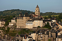 Europe/France/Limousin/19/Corrèze/Uzerche: Le village et l'église Saint-Pierre domine la Vézère