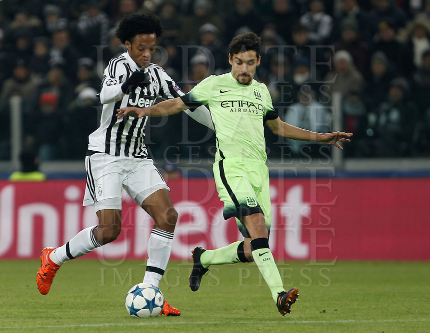 Calcio, Champions League: Gruppo D - Juventus vs Manchester City. Torino, Juventus Stadium, 25 novembre 2015. <br /> Juventus' Juan Cuadrado, left, is challenged by Manchester City's Jesus Navas during the Group D Champions League football match between Juventus and Manchester City at Turin's Juventus Stadium, 25 November 2015. <br /> UPDATE IMAGES PRESS/Isabella Bonotto