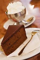 Europe/Autriche/Niederösterreich/Vienne: Café traditionnel viennois:  Le Café Central, Palais Ferstel, Herrengasse - Sachertorte : célèbre gâteau viennois au chocolat et à la confiture d'abricots, inventé par Frank Sacher